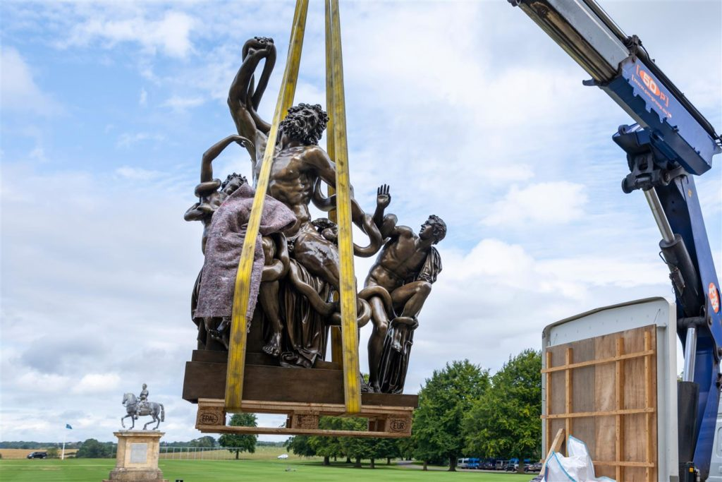The statue being lifted off the lorry into the North Hall